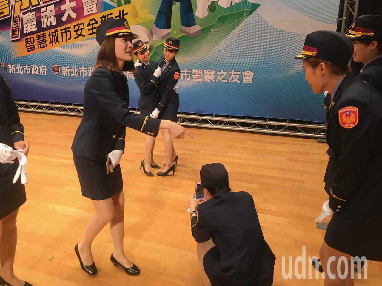 警花展現活潑的一面。記者袁志豪/攝影