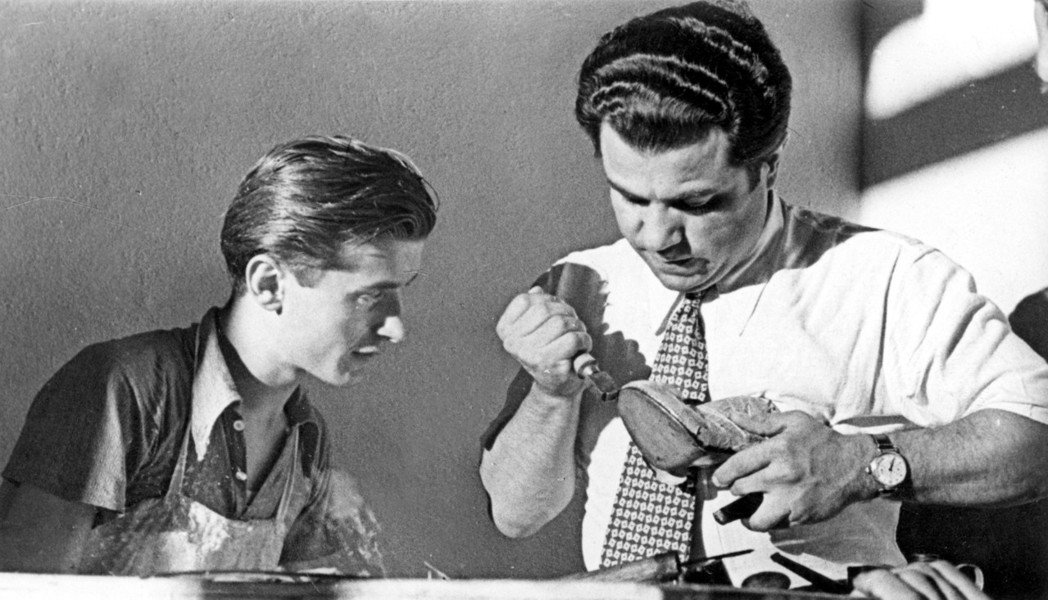 Salvatore Ferragamo先生指導年輕鞋匠製鞋。圖/Ferragam...