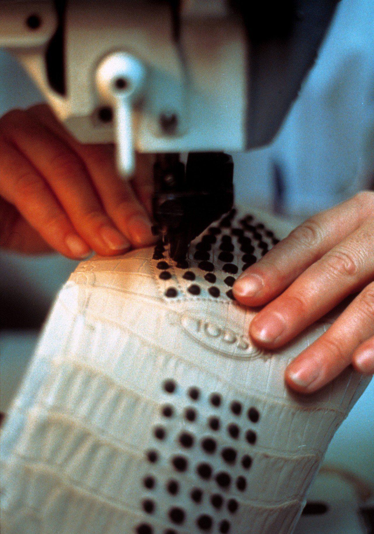 GOMMINO豆豆鞋從皮材選擇、手工切割,然後以精細的手工製鞋技術把不同的部分縫...