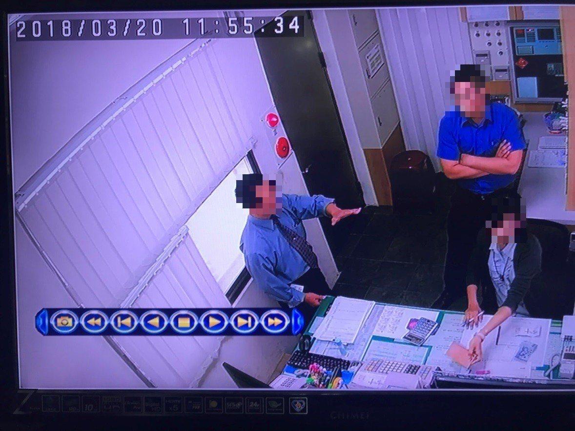 摩鐵業者劉姓副總(左)等到警方離去後,打電話給通緝犯陸姓男子通風報信,「有警察來...