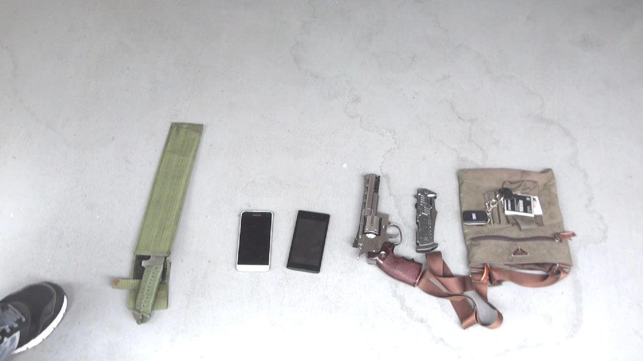 警方現場查到改造手槍、毒品等物品。記者劉星君/翻攝