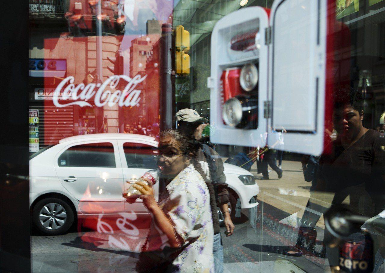 墨西哥城街頭喝飲料的民眾。美聯社資料照片