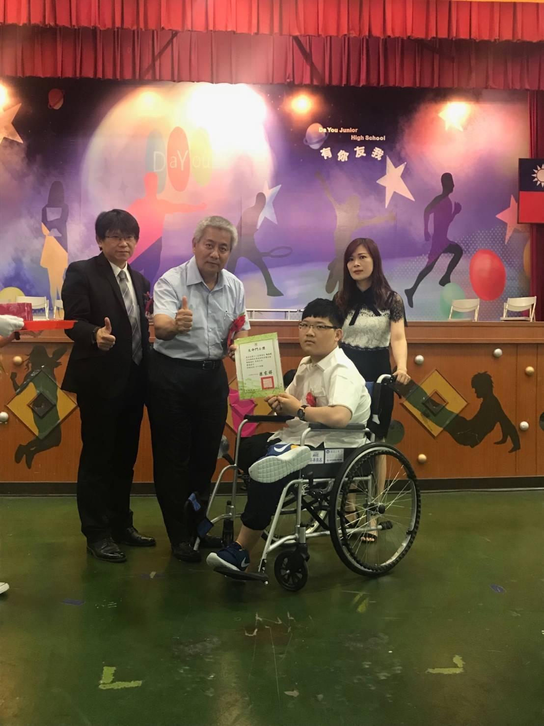 有罕病大象腿大有國中9年級生陳易陞(右2)今天參加畢業典禮。圖/校方提供