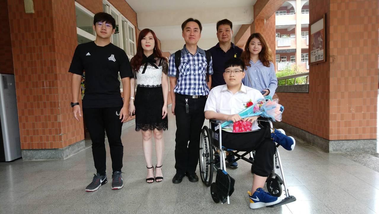 有罕病大象腿大有國中9年級生陳易陞(前排右2)今天參加畢業典禮,他的家人也一起到...