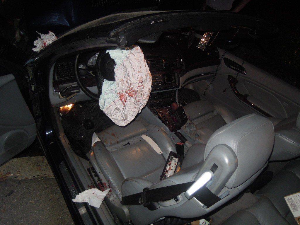 草屯鎮簡姓男子酒後駕駛敞篷雙B跑車自撞也因此受傷,安全氣囊上血跡斑斑。圖/讀者提...