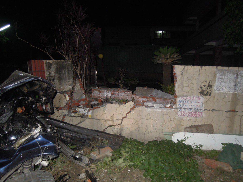 草屯鎮簡姓男子酒後駕駛友人的敞篷雙B跑車,返家時遺失控撞破民宅圍牆。圖/讀者提供