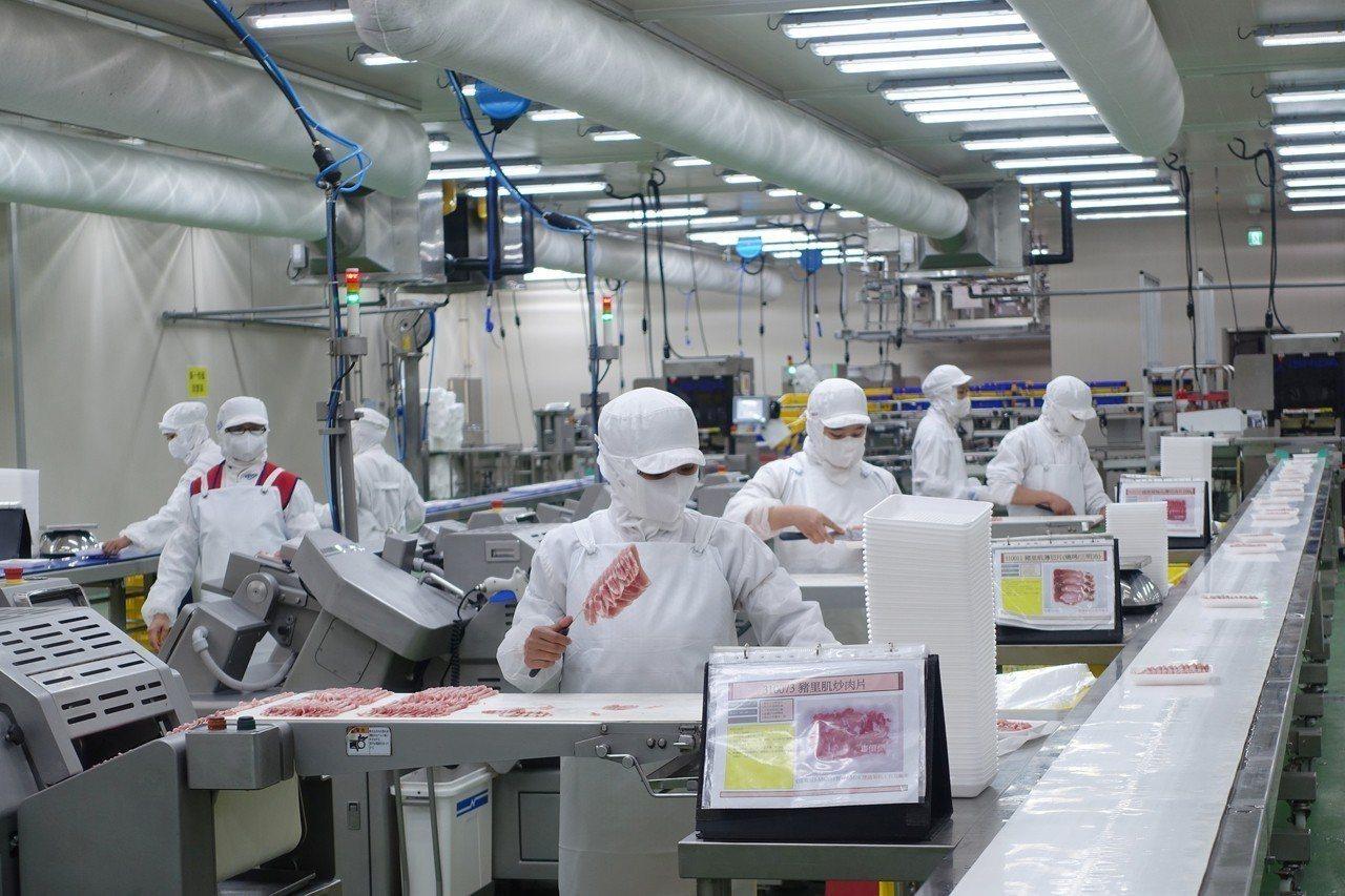 全聯五股生鮮處理中心引進6台快速薄切機,每台要價逾500萬元。記者沈佩臻/攝影