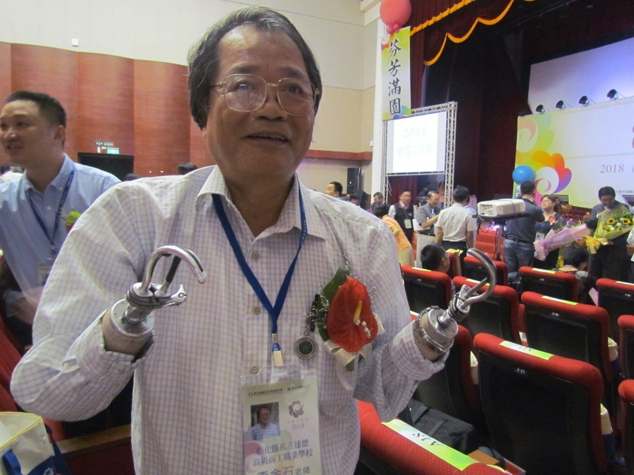 私立達德商工李金石老師獲頒杏壇芬芳獎,他雙手裝著鐵鉤,學生都稱他「虎克船長」。記...