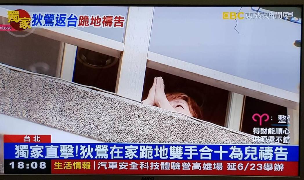 狄鶯被拍到在自家陽台雙手合十禱告。圖/翻攝自東森新聞台
