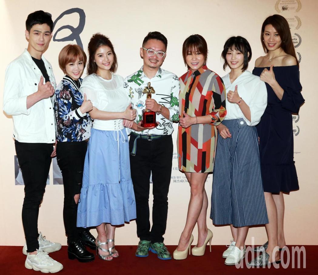 王奇(中)舉辦「阿公」短片公益特映會,娛樂圈好友利晴天(左起)、楊晨熙、王樂妍、