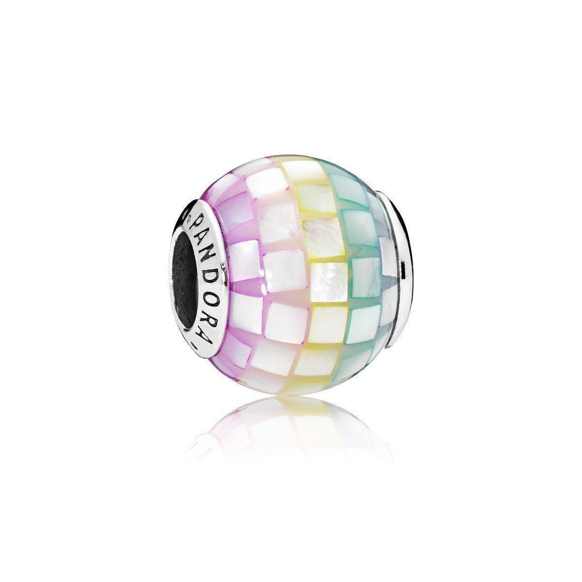 PANDORA 幻彩馬賽克珍珠母貝925 銀串飾,2,580元。圖/PANDOR...