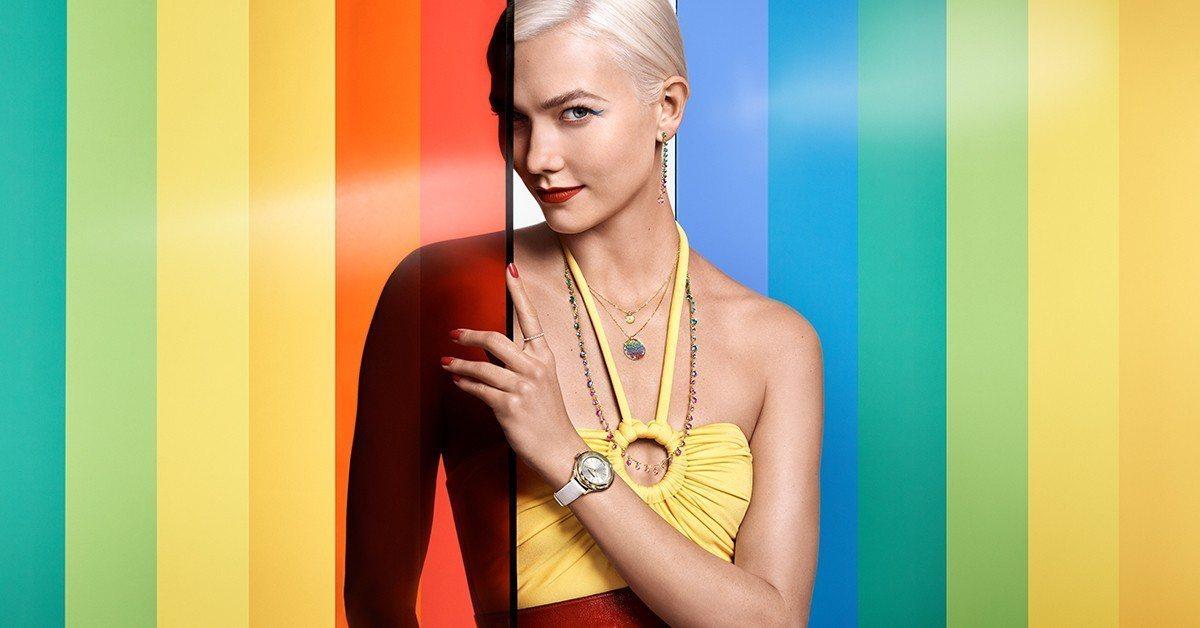施華洛世奇品牌大使Karlie Kloss選穿高彩度的飄逸長洋裝,搭配Attra...