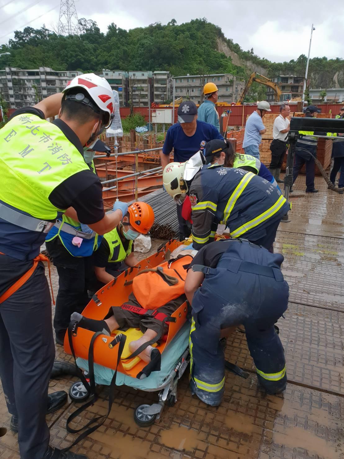 新北市汐止區亞太科技園區工地發生意外,1名工人從地下1樓摔落地下2樓,消防隊將他...
