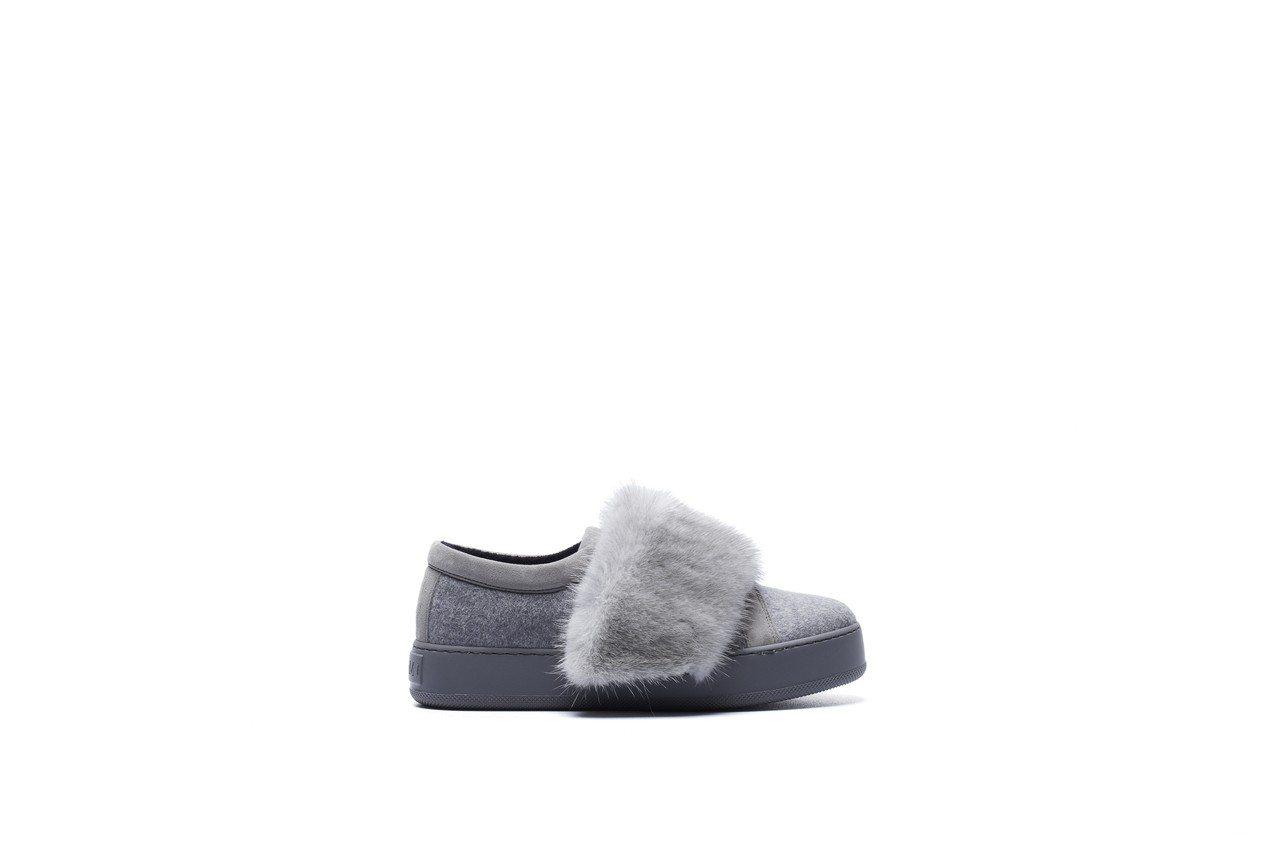 灰色毛皮裝飾休閒鞋,售價25,700元。圖/Max Mara提供