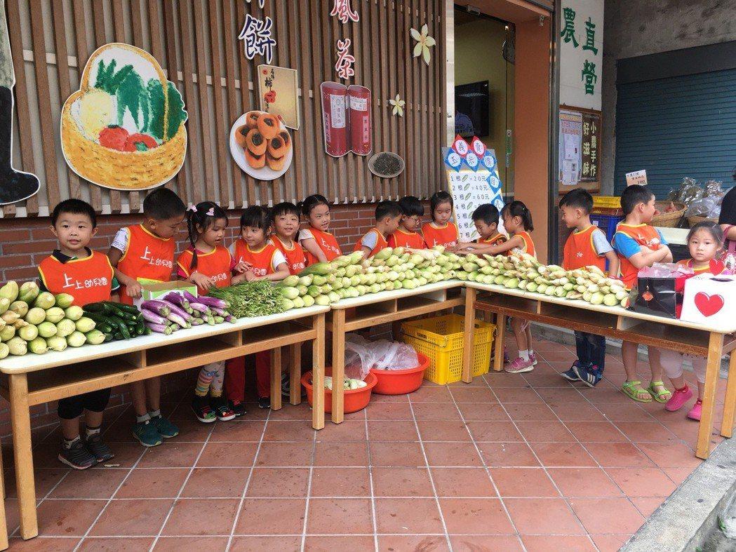 新竹縣北埔鄉的上上幼兒園,今天在北埔鄉農會直銷中心前義賣自己種的糯玉米,小朋友們...