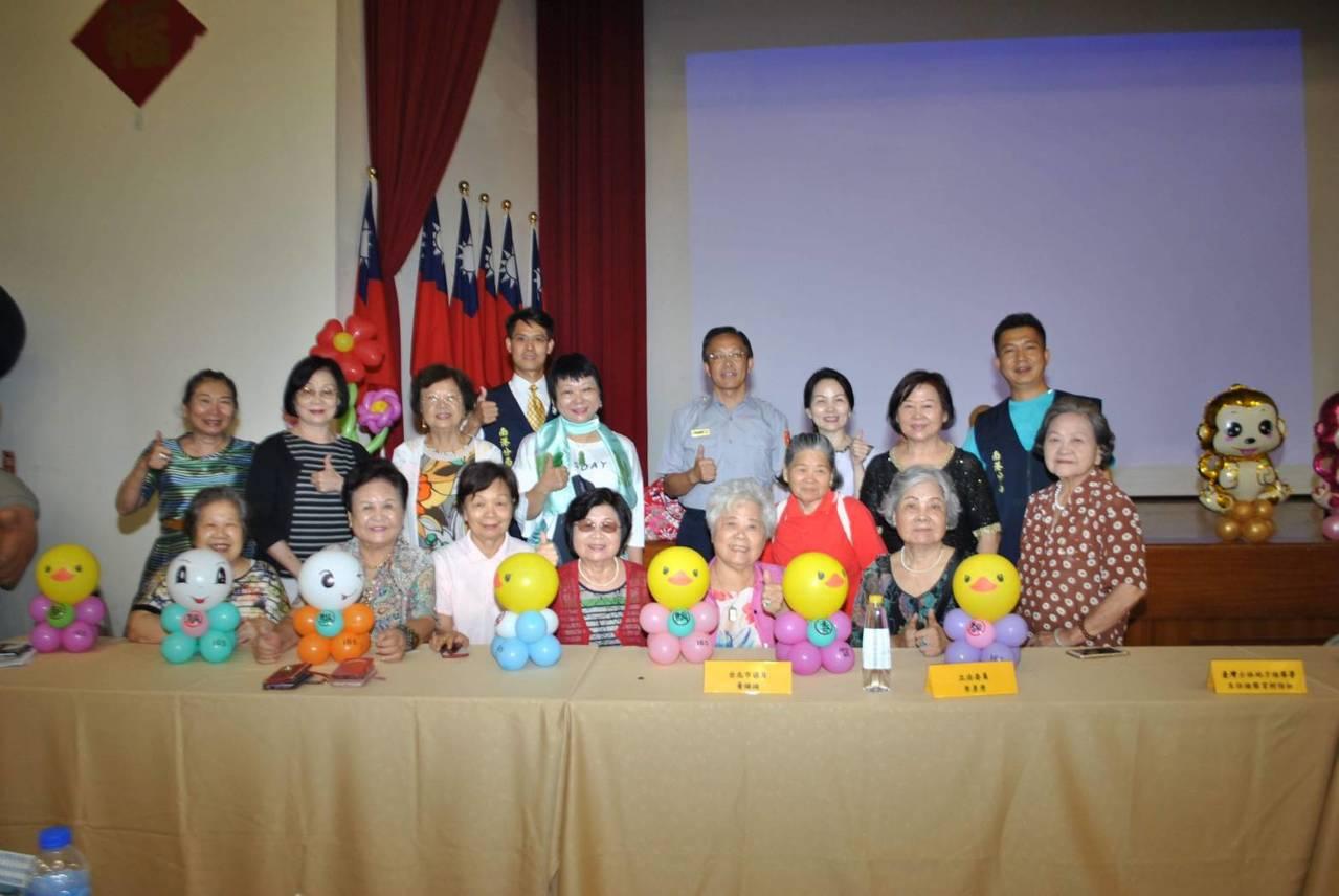 台北市南港警分局舉行社區治安會議,安排刺破氣球儀式,宣示查察賄選防制暴力,並邀集...