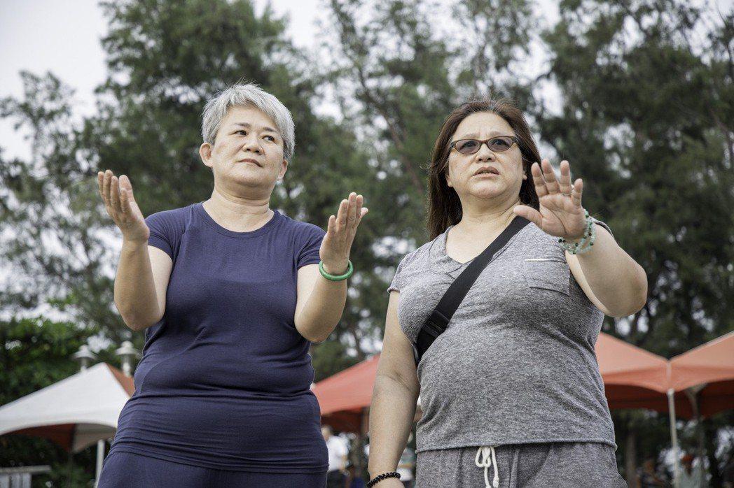紀錄片「看不見的台灣」兩位「神明傳訊拍檔」天語傳訊人林寶貴(左)與天語翻譯人貫譽