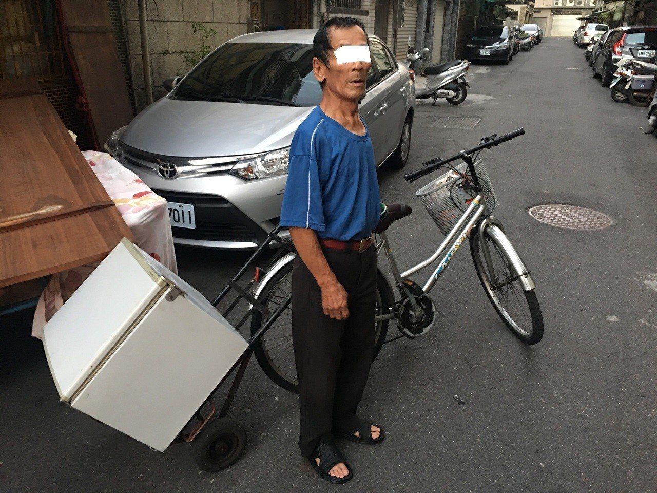 拾荒老翁偷走小冰箱。記者劉星君/翻攝
