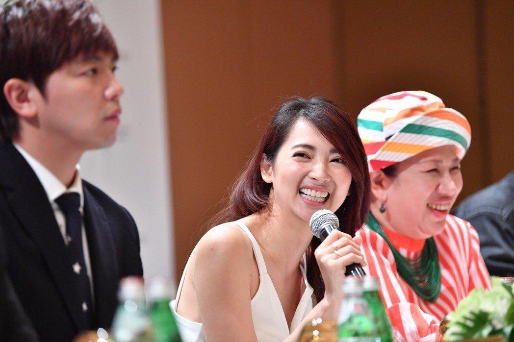 阿喜(中)、黃鴻升(左)將與新加坡知名搞笑女星劉玲玲合作新片。圖/天晴娛樂提供