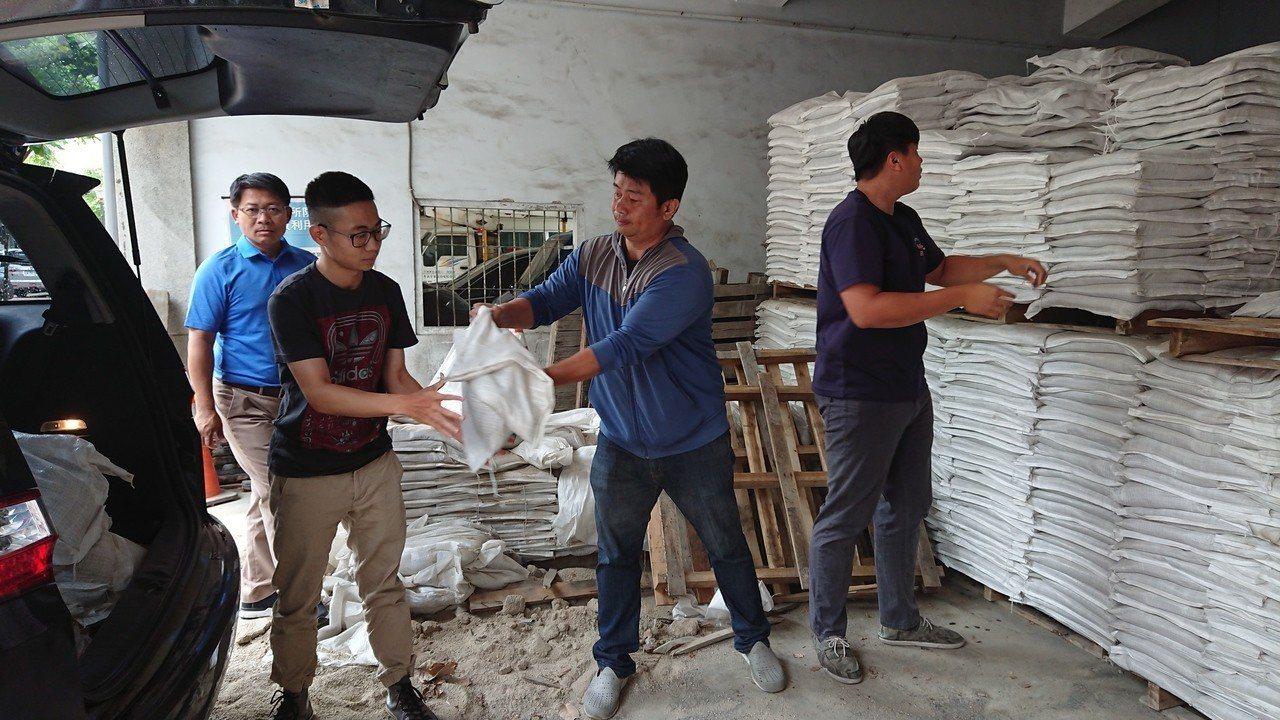 台南仁德區公所備有一萬個砂包供民眾領取。記者吳淑玲/攝影
