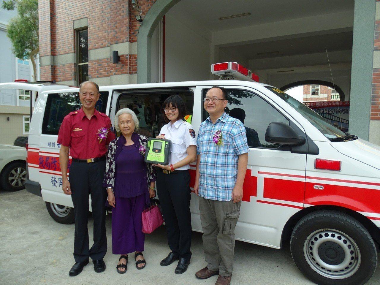 繼捐贈救護車,金三榮建設公司董事長陳含英(左二)今再捐一台市價約20萬元的AED...