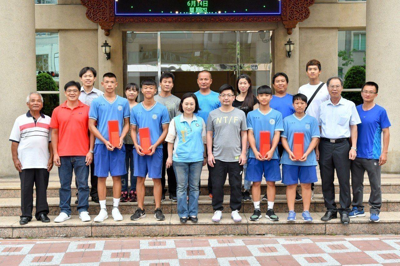 彰化縣議會議長謝典霖(前排右5)今天接見二林高中拳擊隊得獎選手與家人。照片/彰化...