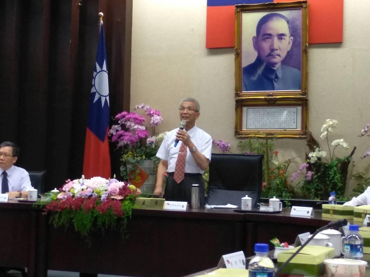 財政部長許虞哲今(14)日與媒體茶敘。攝影/翁至威