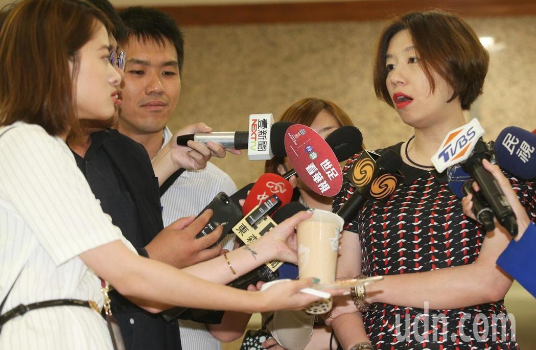 民進黨立委林靜儀(右)首度露面解釋環保署關於禁用吸管的新政策,有記者拿著珍奶、吸...