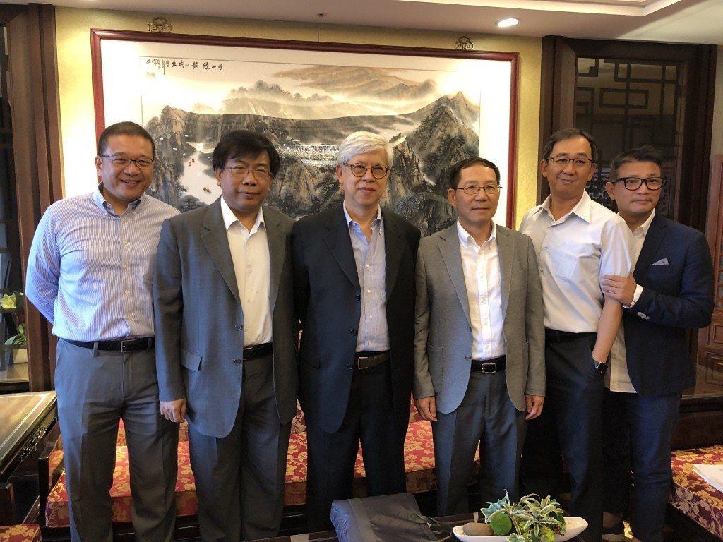 英業達董事長卓桐華(左三)表示,筆電、伺服器與智慧裝置三大產品線2018年持續成...
