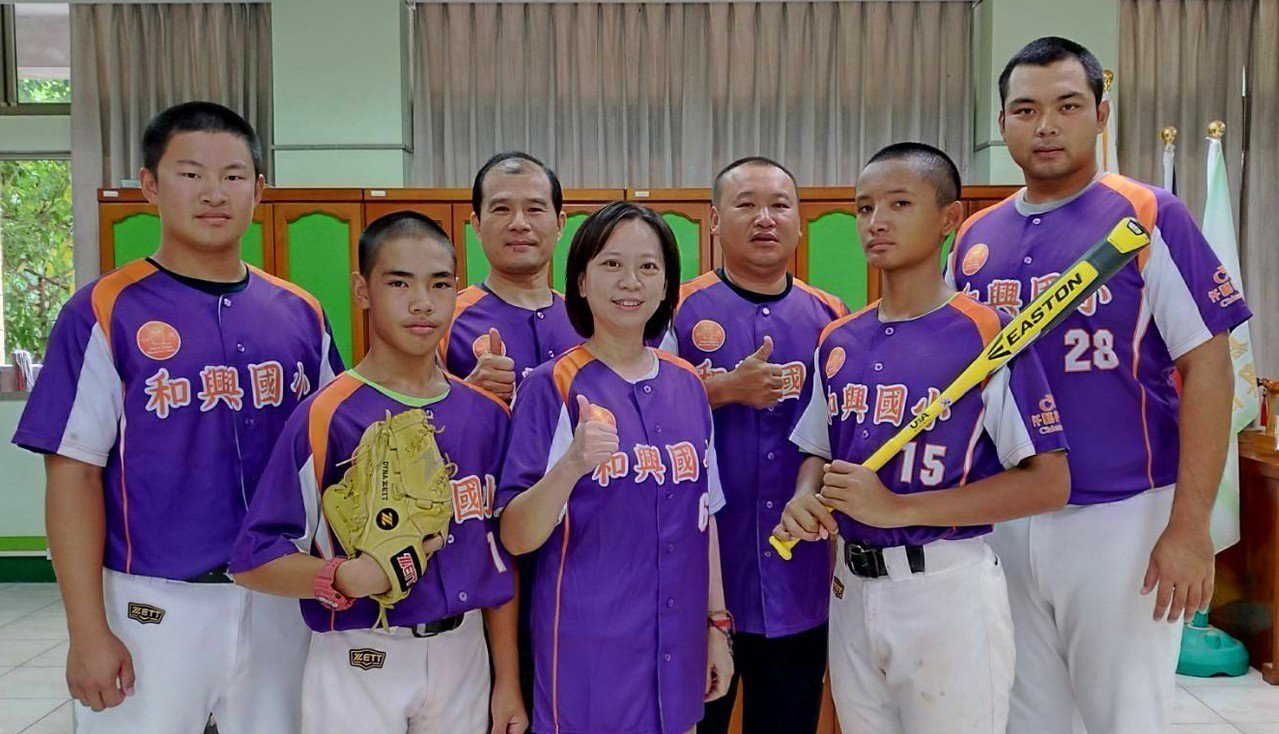 校長王姿勻(中)恭喜李安家(左二)簡頎恩(右二)。圖/和興國小提供