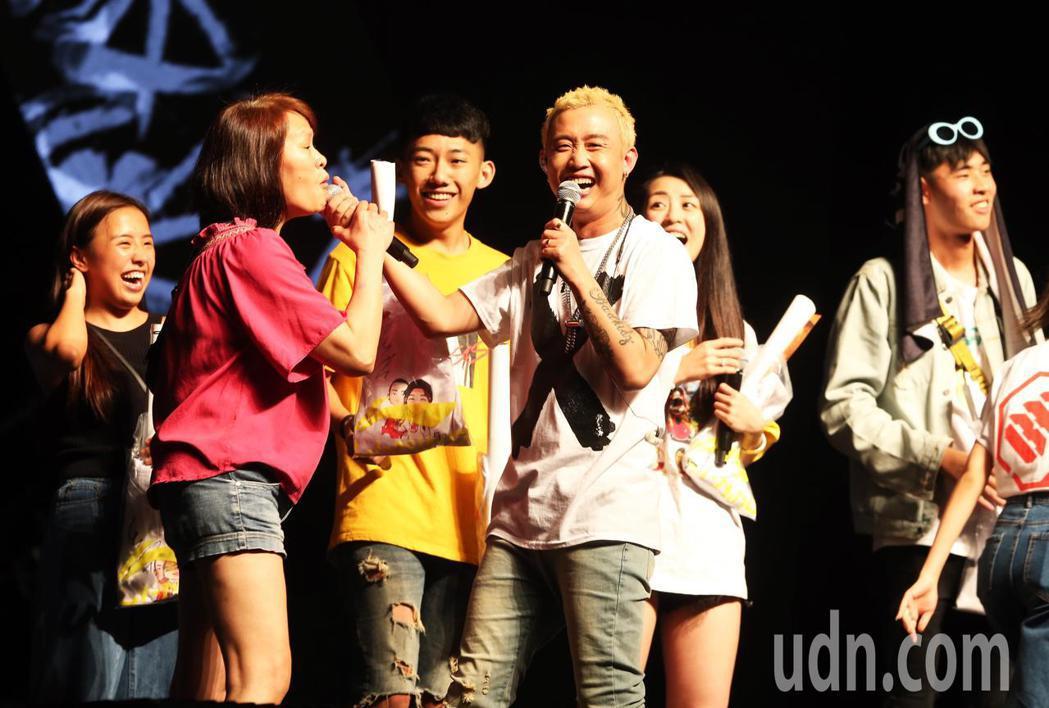 饒舌歌手GAI( 周延)邀請粉絲上台一起嗨唱。記者徐兆玄/攝影