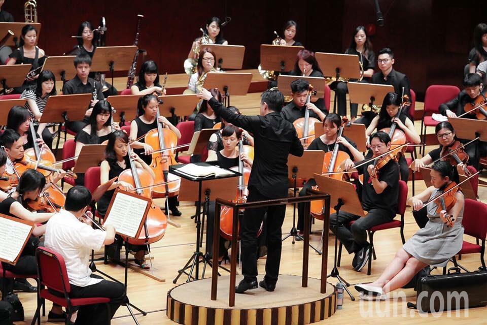 小提琴家廖嘉弘本月20日將在國家音樂廳演出的「金蝶琴緣」,帶領聽眾穿越東西文化。...