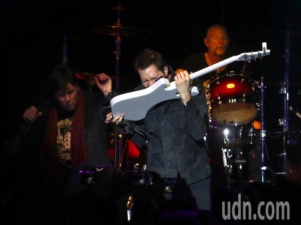 吉他手Paul施展用牙齒彈吉他的絕技。記者林澔ㄧ/攝影