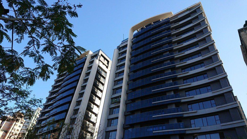 台北市信義計畫區豪宅案「冠德信義」傳出每坪250~300萬元的開價,突破前央行總...