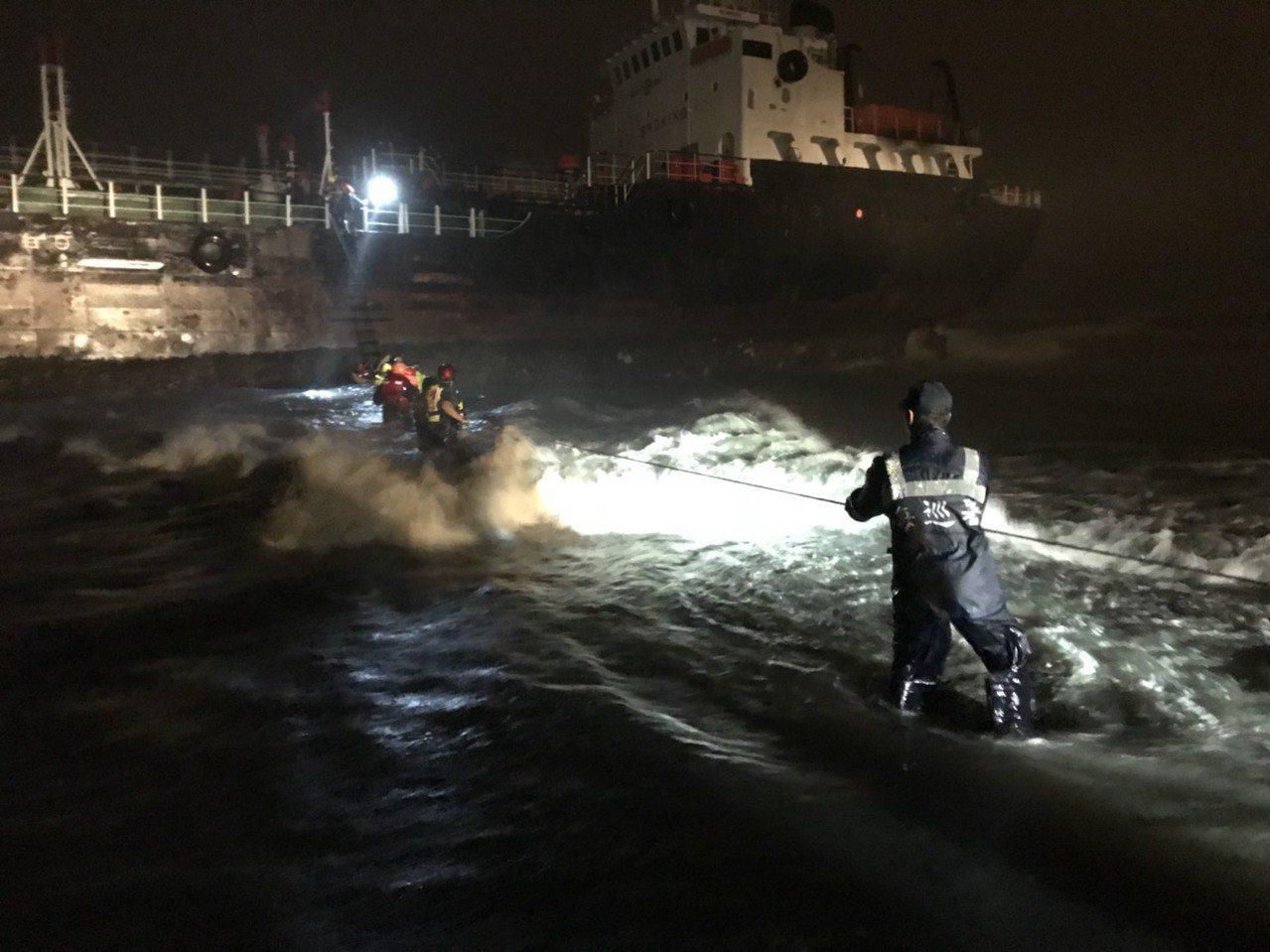 高市今晚傳出油輪擱淺,在中坑門出水口前方0.2浬的Winner19(斐濟籍),1...
