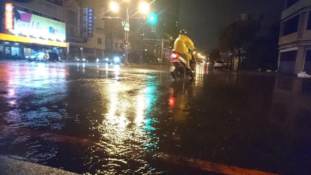 南區氣象中心預測,今晚到明晨雨量最大。記者曹馥年/攝影