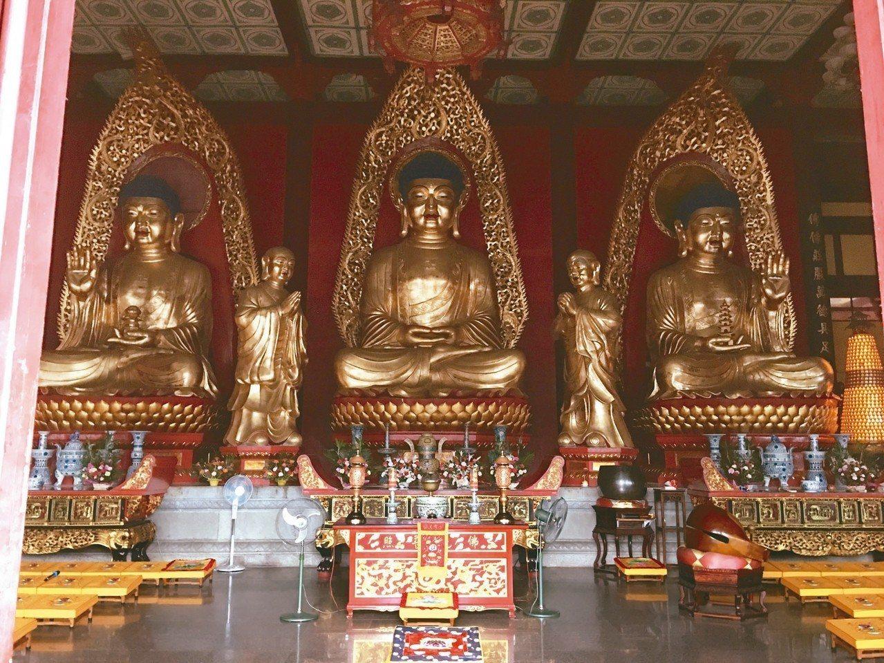 四祖寺大雄寶殿內,供奉的三尊佛。 圖/本報黃梅傳真
