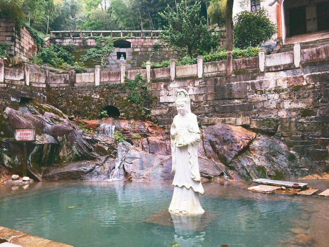 五祖寺聖母殿西側的白蓮溪,蘇東坡把泉水取名為「流響」。 圖/本報黃梅傳真