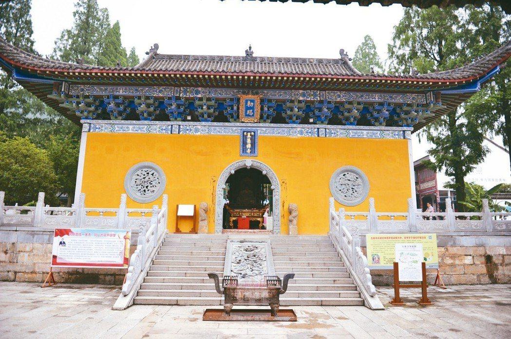 五祖寺天王殿,懸有宋真宗賜封「真慧禪寺」匾額。 特派員王玉燕/攝影