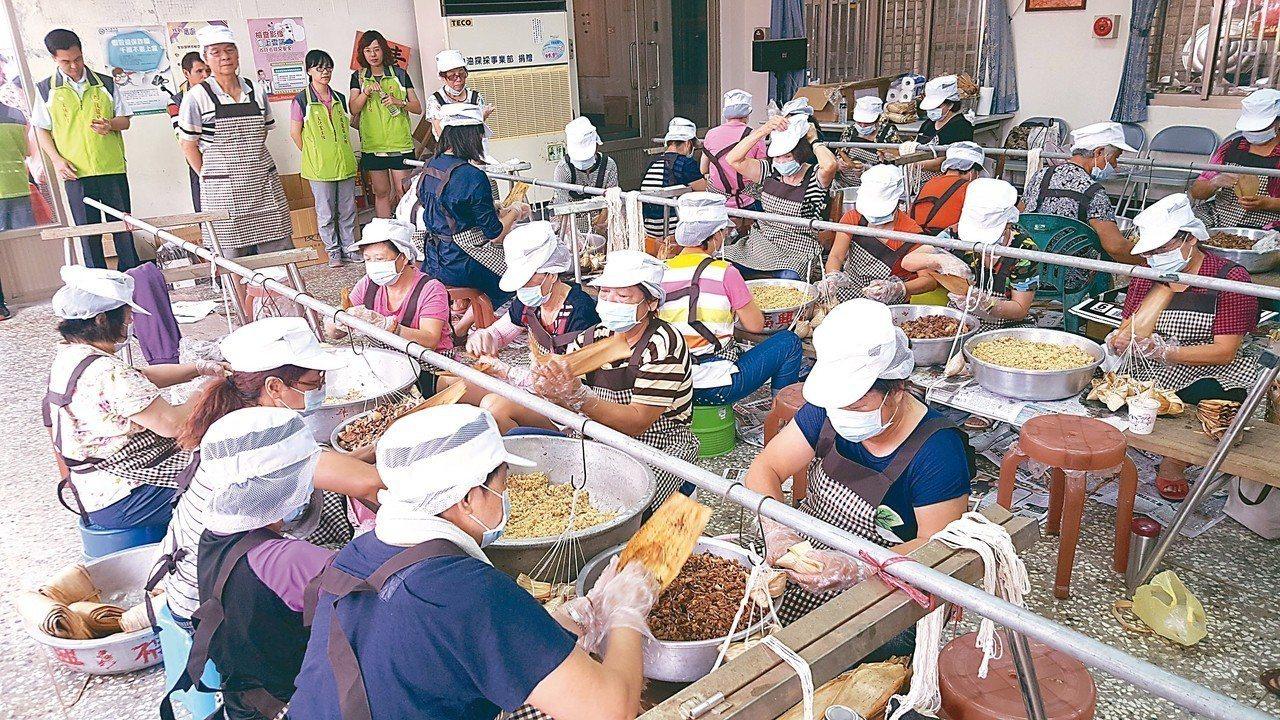 苗栗縣後龍鎮公所動員志工包5000顆粽子,分送鎮內弱勢。 記者胡蓬生/攝影