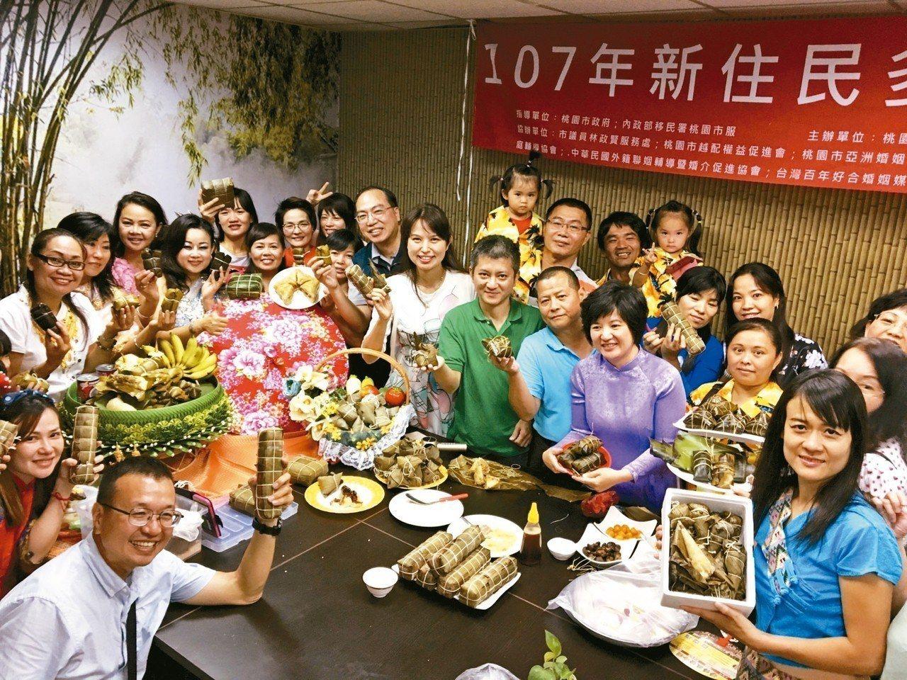 桃園昨邀集多國新住民包粽子,展現各國不同文化。 記者張裕珍/攝影