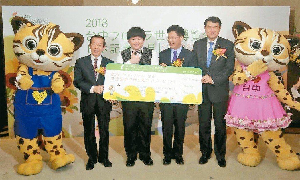 台中市長林佳龍(左四)昨搭台中飛東京的首航機抵達日本,與石虎家族玩偶與藝人小胖,...