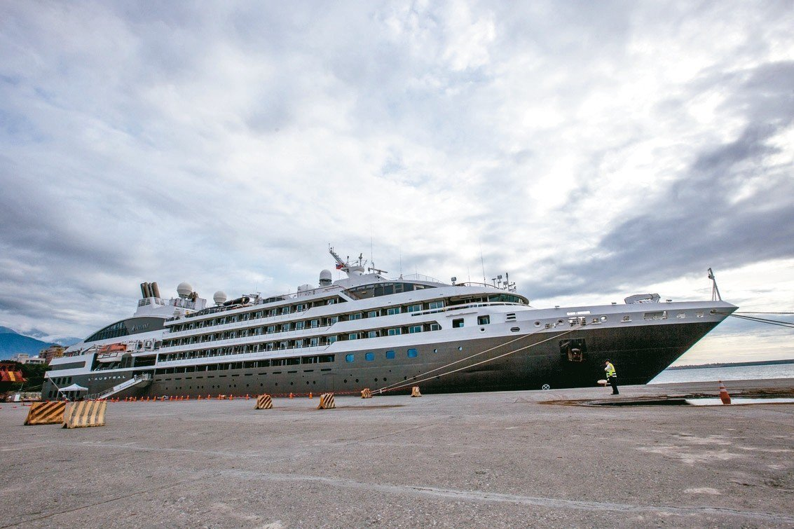 法國籍郵輪「南冠號」昨天抵達花蓮港。 記者蔡翼謙/攝影