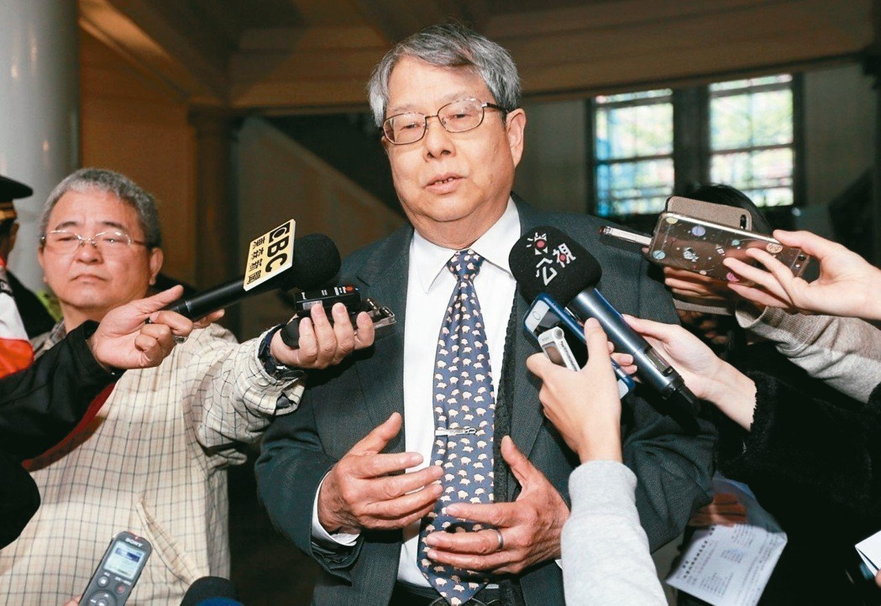 監委陳師孟(中)再出招,要查當年特偵組偵辦邱義仁是否違反偵查不公開、濫權起訴。 ...