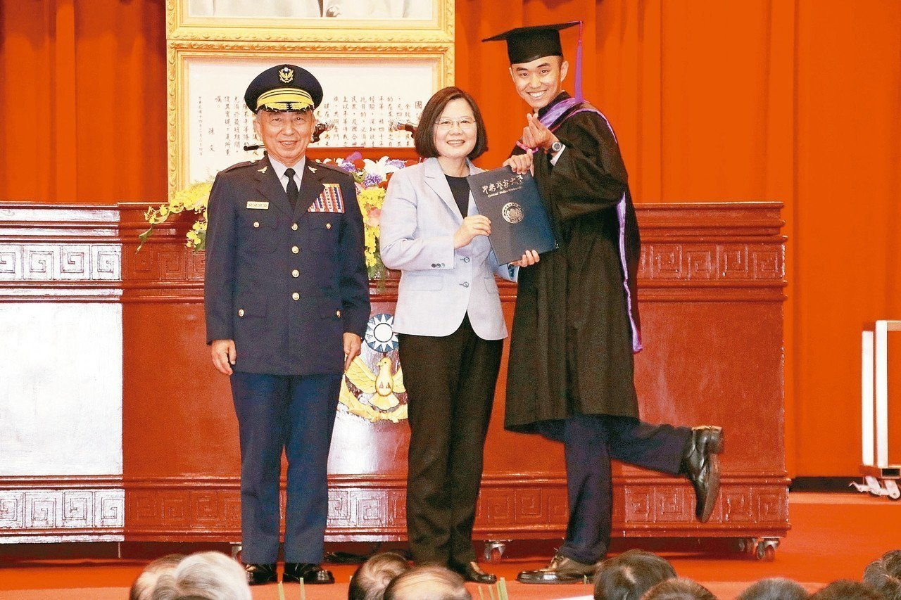 警大畢業生和總統蔡英文(中)、校長刁建生(左)合影,擺出俏皮姿勢。 記者曾健祐/...