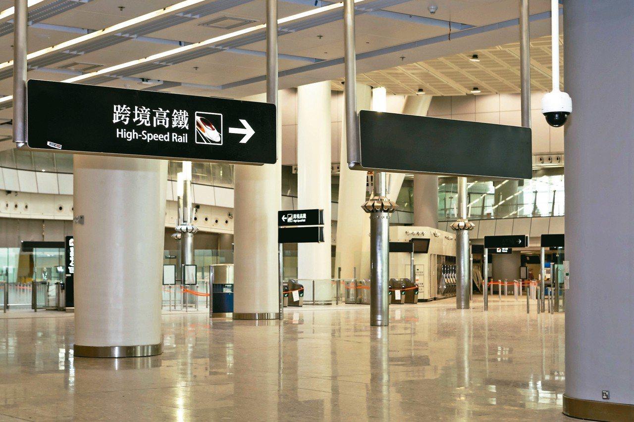 香港確定高鐵一地兩檢,圖為高鐵西九龍站大廳的「跨境高鐵」指示牌。 中通社