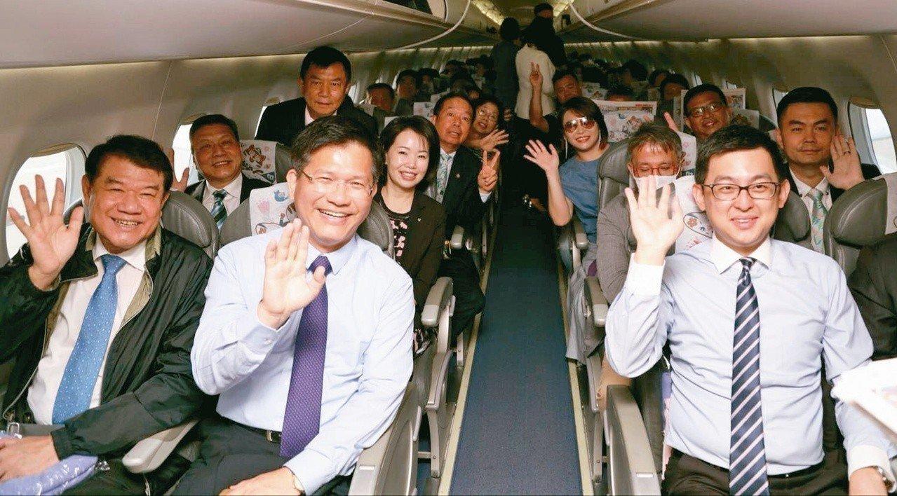 「台灣台中─日本東京」昨起直航,台中市長林佳龍(第一排左二)搭首班機飛抵日本宣傳...