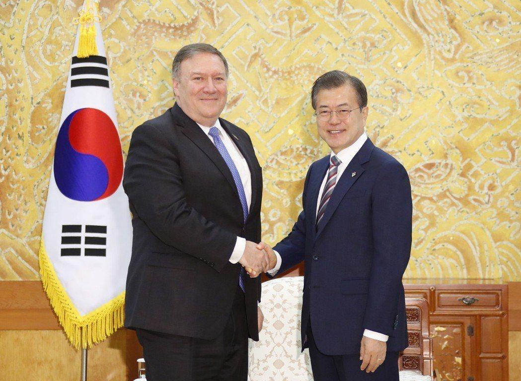 南韓總統文在寅(右)十四日在總統府接見美國國務卿龐培歐(左),討論川金會成果。 ...