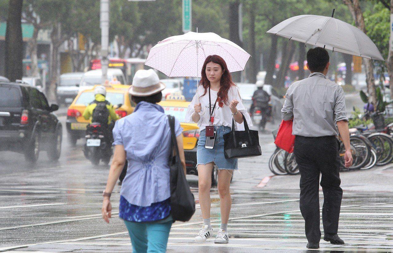 熱帶性低氣壓今天凌晨2時在台灣西南部近海,向東北東移動,時速15公里,預計今晨中...