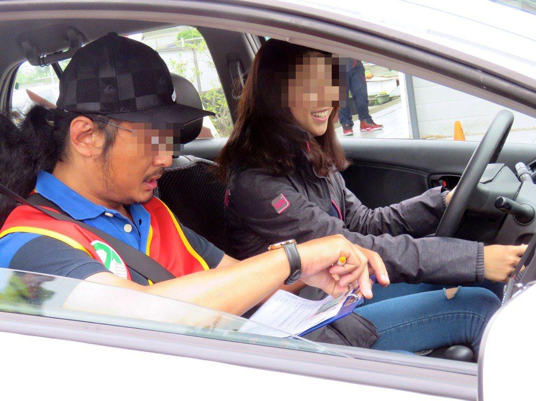 公路總局台北監理所一名詹姓雇員,2015年到2017年間負責汽車駕照路考評分時,...
